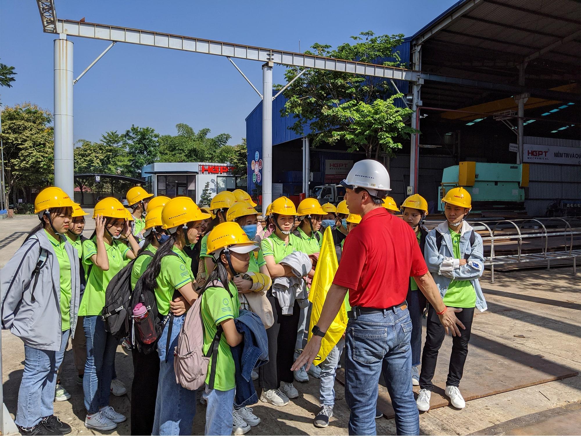 Các em được trang bị bảo hộ an toàn khi vào tham quan nhà máy