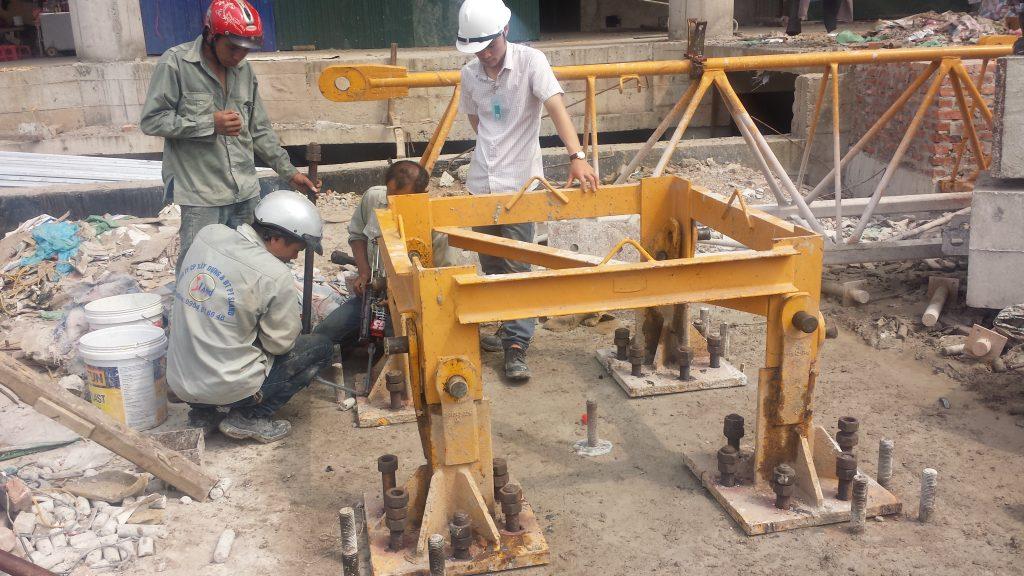 Lắp đặt bulông móng là công đoạn đầu tiên của quy trình lắp đặt nhà thép tiền chế.